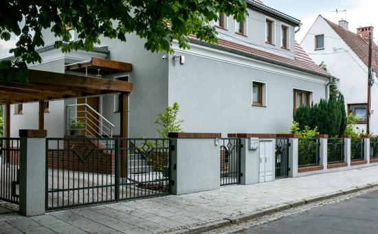 Dom z ogrodzeniem zrealizowanym przez Makpol