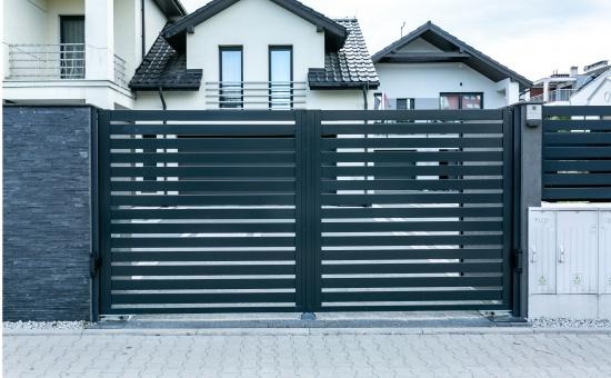 Realizacje ogrodzenia przy domach mieszkalnych