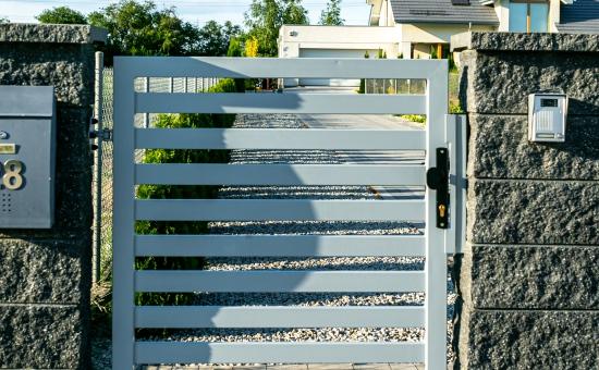 Realizacje ogrodzenia - drzwi na posesji
